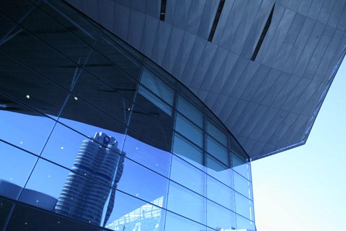 BMW Welt Glasfront Spiegelung Architekturfotografie