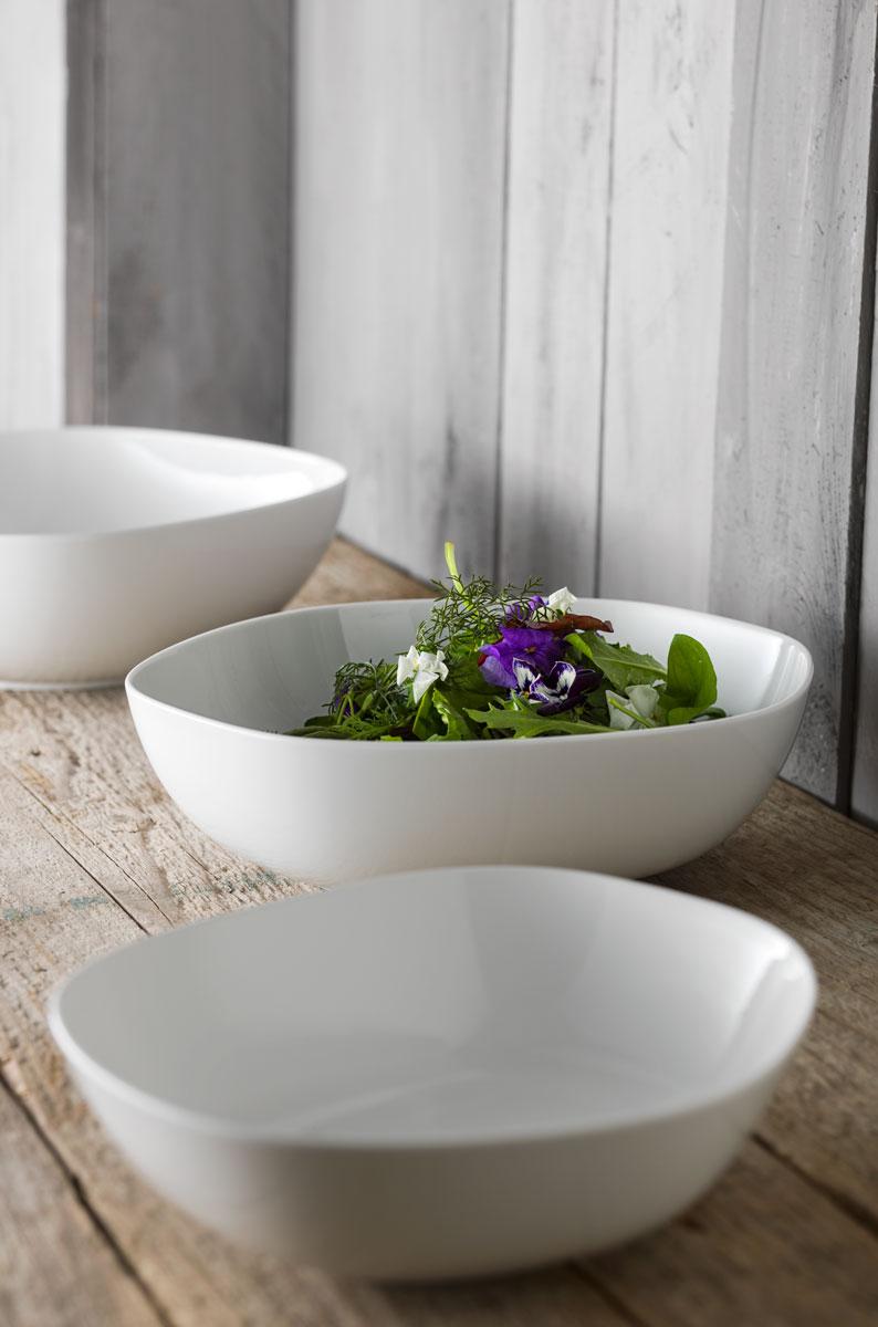 Elegantes Porzellan mit Feldsalat